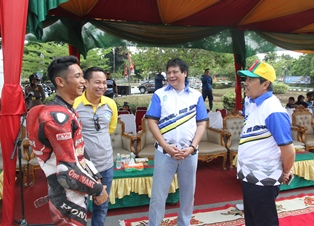 Bupati bersama Ketua DPRD Siak saat bercengkrama dengan pembalap Siak yang pernah turun di sirkuit sentul.
