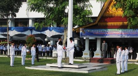 Walikota Pekanbaru DR.H.Firdaus,ST.MT Pimpin Upacara HARDIKNAS Tahun 2016 di Halaman Kantor Walikota. Senin, 02 Mei 2016.