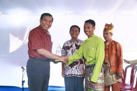 Walikota Pekanbaru H Firdaus ST MT saat bersalaman dengan Ketua Pengurus Ikatan Mahasiswa Jogjakarta. (rsc)