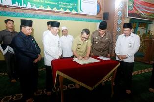 Penandatanganan MoU dukungan Gerakan Wakaf Uang antara Badan Wakaf Indonesia Perwakilan Siak dengan Badan Pertanahan Nasional serta Bank Riau-Kepri Syariah.