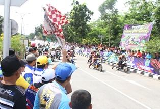 Bupati, topi kuning membuka Kejurda Road Race di sirkuit non permanen depan DPRD Siak.