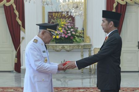 Menerima memori jabatan dari Presiden Joko Widodo.
