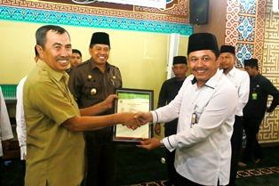 Penyerahan sertifikat Wakaf Uang kepada Bupati Siak Syamsuar oleh Badan Wakaf Indonesia Perwakilan Kabupaten Siak yang diketuai Wakil Bupati Siak Alfedri.