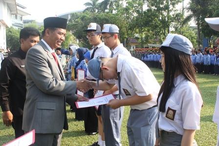 Walikota Pekanbaru DR.H.Firdaus,ST.MT Menyerahkan Sertifikat Pemenang Olimpiade Sains Nasional Tahun 2016 Tingkat Provinsi Riau di Halaman Kantor Walikota. Senin, 02 Mei 2016