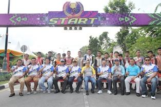 Foto bersama dengan para pembalap.
