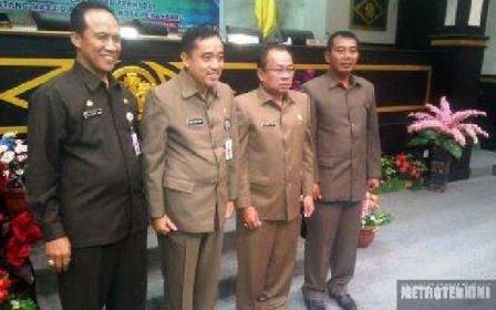 Walikota Pekanbaru saat berfoto bersama Ketua DPRD Pekanbaru seusai Sidang Ranperda Masjid Paripurna. (rsc)