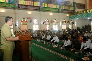 Bupati Siak Syamsuar memberikan sambutan pada acara Pencanangan Wakaf Uang dan peringatan Isra' Mi'raj bertempat di Islamic Center Madinatul Ulum Sultan Syarif Hasyim.