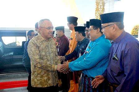 Disambut sejumlah pejabat Pemprov Riau di Bandara SSK II.