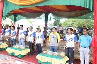 Para undangan menyanyikan lagu Bagimu Negeri sebelum melepas para Racer.