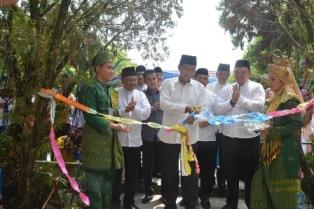 Walikota Pekanbaru DR.H.Firdaus ST.MT Menggunting Pita Tanda di Resmikan nya Gedung Baru SMPN 4.