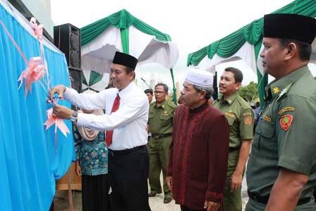 Walikota Pekanbaru Firdaus meresmikan gedung SMP IT Badrul Islam di Jalan Naga Sakti, Kelurahan Simpang Baru, Kecamatan Tampan. (tkc)
