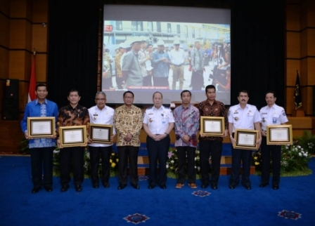 Wallikota Pekanbaru Firdaus menerima Penghargaan Wahana Tata Nughara dari Kementerian Perhubungan RI. (gsc)