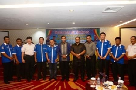 Walikota Pekanbaru Firdaus foto bersama pengurus organisasi kepemudaan, sebuah elemen yang diharapkan memainkan peran  dalam menghadapi MEA.