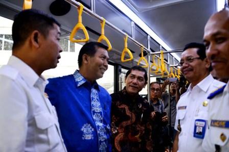 Walikota Pekanbaru Firdaus menerima bantuan bus angkutan yang diserahkan langsung oleh Sekjen Perhubungan Kementerian Perhubungan RI Ir. Sugihardjo, M.Si di Kementrian Perhubungan RI. (gsc)