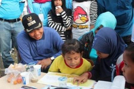 Walikota Pekanbaru Firdaus tampak akrab dengan murid TK, yang kelak akan memainkan peran penting dalam membangun kota ini ke depan. (rtc)