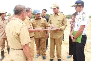 3.Camat-Tenayan-Raya-Abdulrahman-menjelaskan-lokasi-lahan-pembangunan-terminal-barang-kepada-Walikota-Pekanbaru