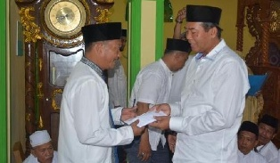 Walikota-Pekanbaru-menyerahkan-Bantuan-kepada-warga-kurang-mampu-565x330